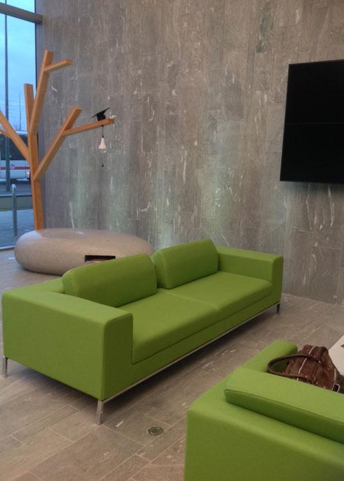 L'art d'être naturel au quotidien pour Veolia à Lyon. Une décoration épurée et une signalétique végétale pour le nouveau siège Centre Est du groupe.