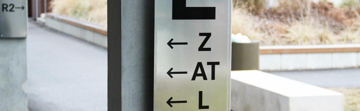 Osmoze - Atelier d'Art mural > Signalétique marquage plaque en angle sur béton