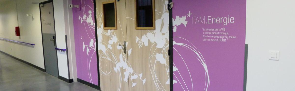 Osmoze - Atelier d'Art mural > décoration signalétique marquage porte entrée FAM