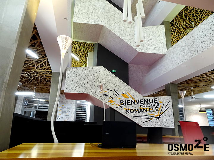 Décoration murale et signalétique contemporainemédiathèque saint josephile de la réunionaccueilescalier