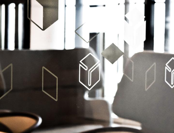 Chronopost > Paris > Vitrophanie > Signalétique décorative > Signalétique de bureaux >Design