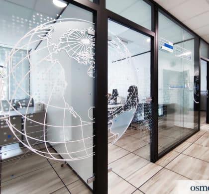 Mise en discrétion & vitrophanie décorative des bureaux de NAVAL GROUP (83)