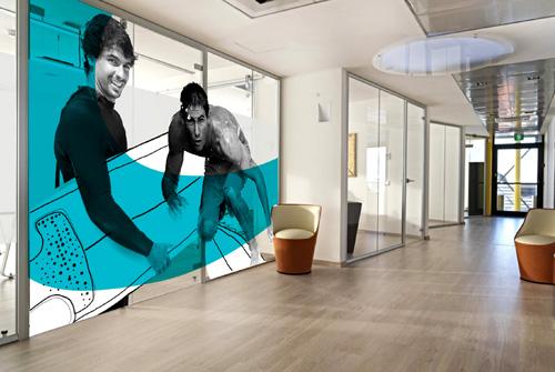 une vitrophanie originale dynamique pour des cloisons vitr es de bureaux un si ge social 14. Black Bedroom Furniture Sets. Home Design Ideas