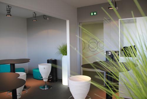 Osmoze transforme le hall d 39 accueil pour les vip et la presse d 39 un groupe fran ais de - Deco mur couloir ...