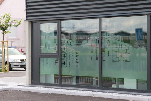 une d coration de facade et de vitres de bureaux un cran graphique solaire et d clin l. Black Bedroom Furniture Sets. Home Design Ideas