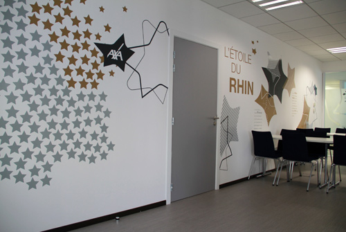 Une d coration murale et une signal tique contemporaine - Decoration salle de reunion ...