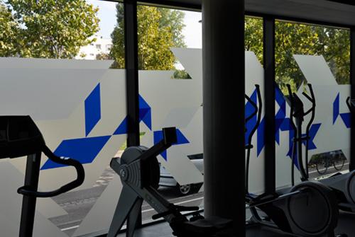 Une vitrophanie une signaletique et un design mural g ant for Collant mural francais