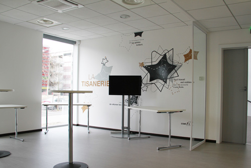 Une d coration murale et une signal tique contemporaine for Salle de pause en entreprise