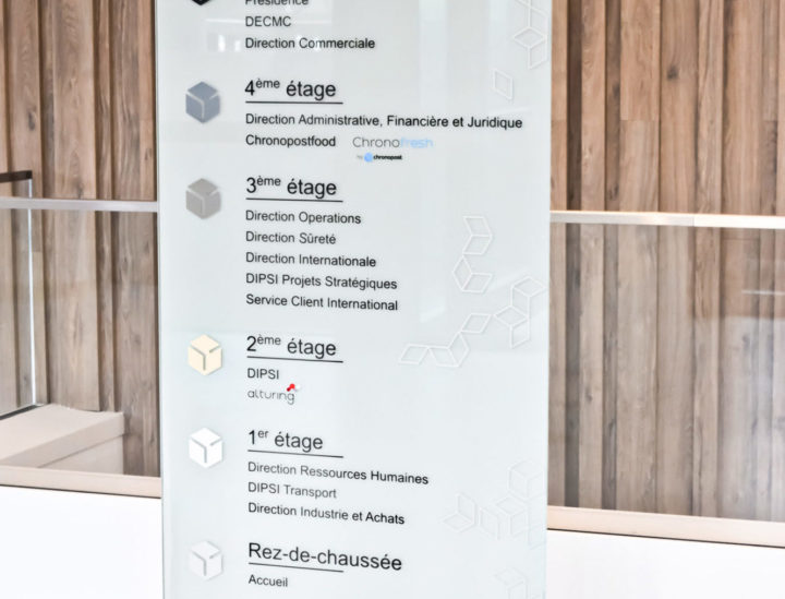 Chronopost > Paris > Vitrophanie > Signalétique décorative > Signalétique de bureaux > Totem