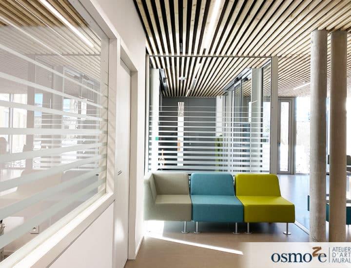 Signalétique artistique institutionnelle - vitrophanie PMR - Mairie de Binic by Osmoze