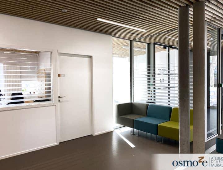 Signalétique artistique institutionnelle - vitrophanie PMR- Mairie de Binic by Osmoze