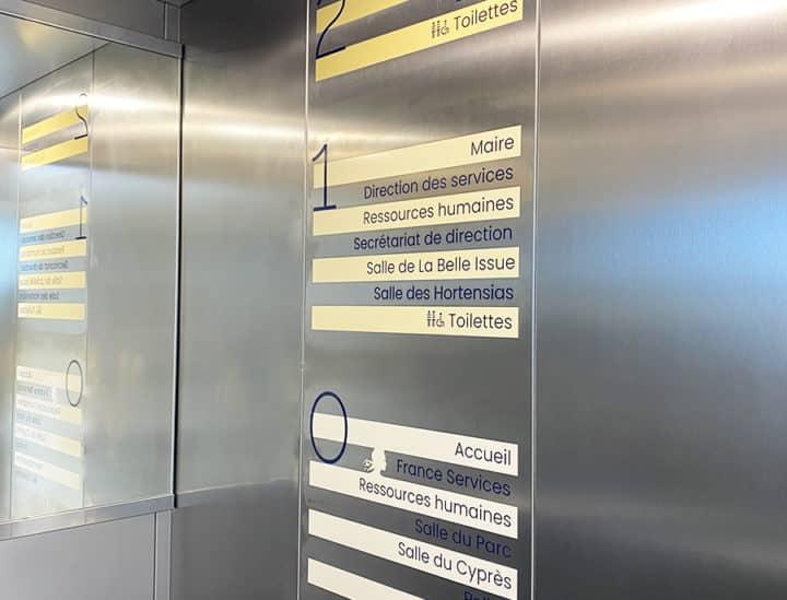 Signalétique artistique institutionnelle ascenseur - Mairie de Binic by Osmoze