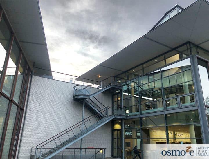 Bâtiment extérieur Médiathèque Georges Pompidou - signalétique artistique et décoration murale by Osmoze