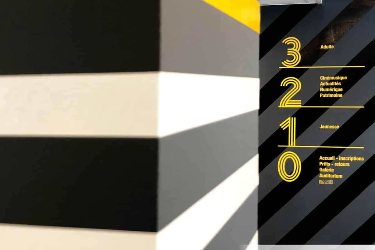 Une signalétique architecturale sobre et un agencement pur – Médiathèque d'Hyères (83)